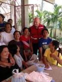 Conrad Sauvé, secrétaire général et chef de la direction, Croix-Rouge canadienne, visite le centre de distribution d'articles de secours à Cebu.