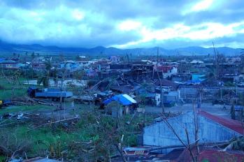 La Fédération internationale a déployé une ERU de soins de santé de base pouvant prodiguer des soins chirurgicaux dans la ville d'Ormoc, qui a subi de graves dommages lors du passage du typhon Haiyan, localement connu sous le nom de Yolanda.