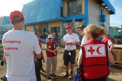 Les membres de l'ERU de soins de santé de base et de soins chirurgicaux de la Fédération internationale se réunissent afin de planifier la mise sur pied de l'hôpital de campagne en face de l'hôpital local d'Ormoc, aux Philippines.