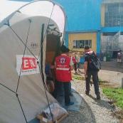 Des bénévoles en gestion des sinistres de la Croix-Rouge philippine dans la salle d'opération.