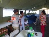 L'infirmière Sandra Piper fait visiter les salles de l'hôpital de campagne aux membres de l'équipe de soins infirmiers de l'hôpital local qui y travailleront. L'hôpital local peut compter sur le soutien de l'ERU de soins de santé de base et de soins chirurgicaux, à Ormoc, aux Philippines.